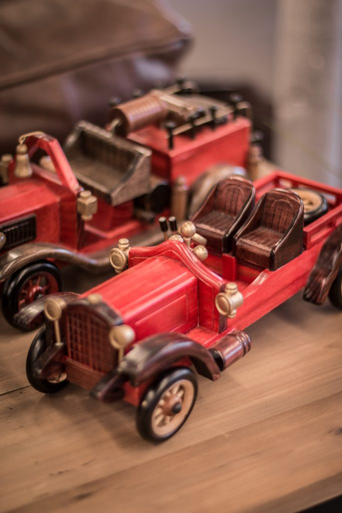 gammeldags inredning gamla leksaksbilar röd leksaksbil
