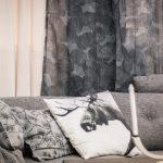 möbler soffa älgkudde gardiner grå inredning