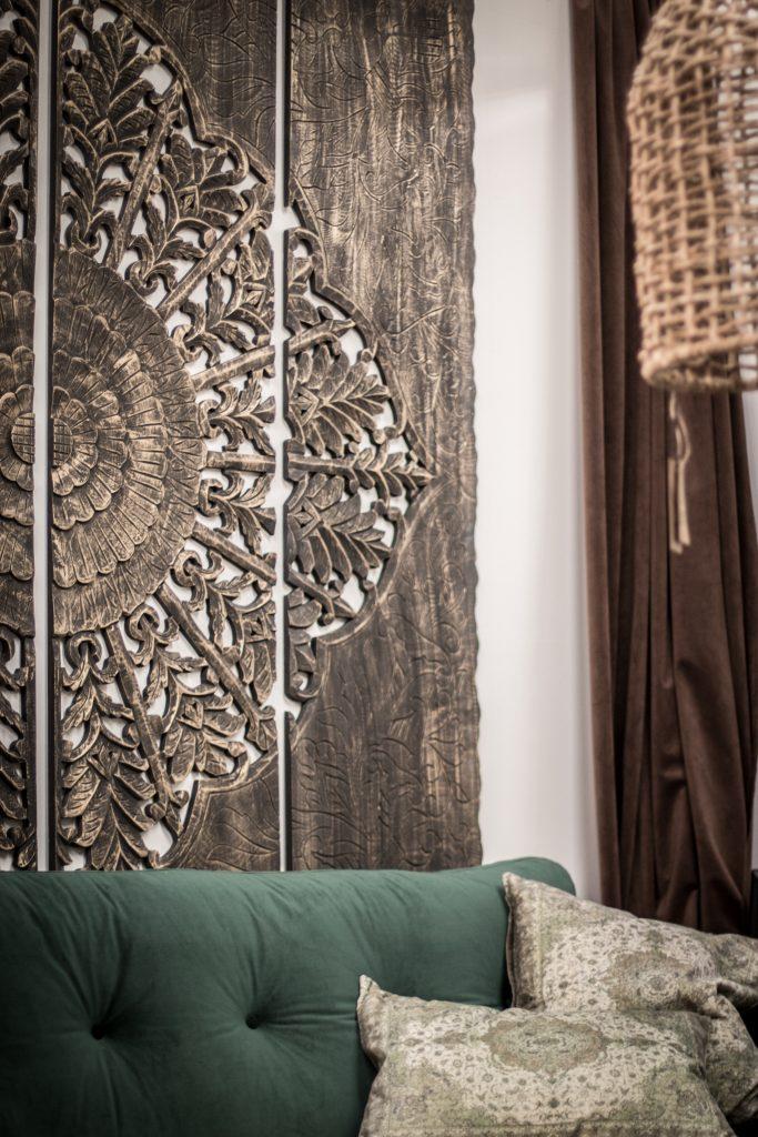 inredning mandala tavla soffa grön kuddar rottinglampa