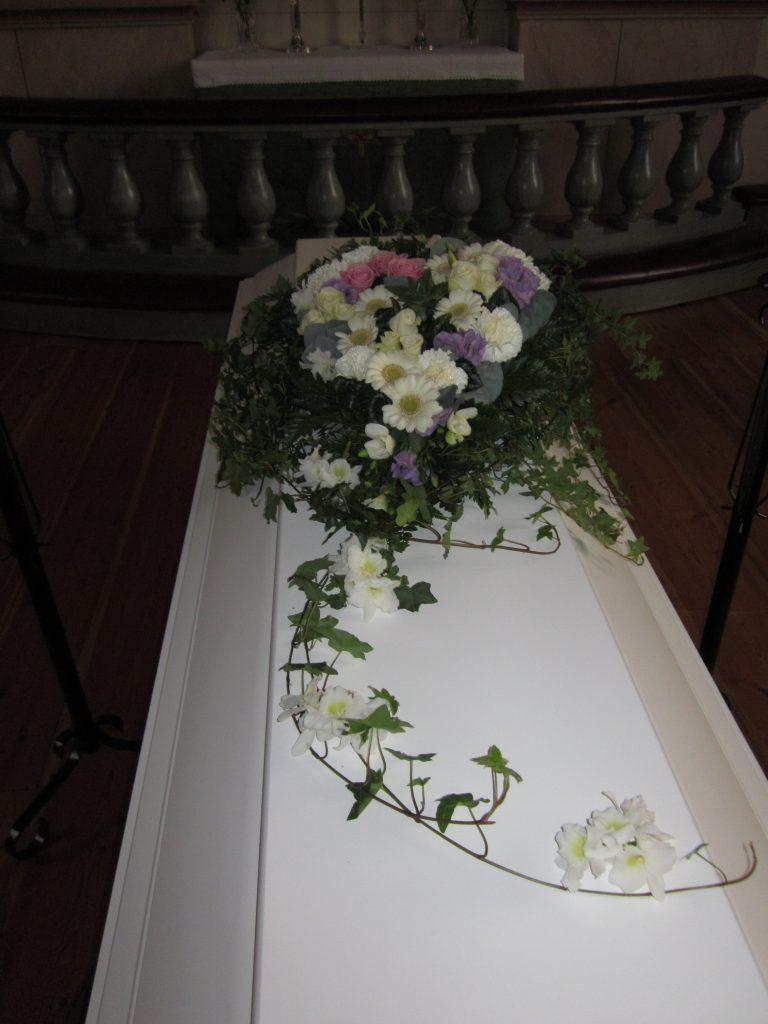 kistdekoration vita blommor lila blommor rosa rosor hjärta