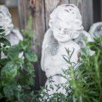 vit ängel trädgårdsdekorstion gröna växter