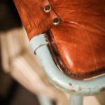 gammal stol lädersits ljusblå