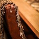 stolsrygg i läder med filt över