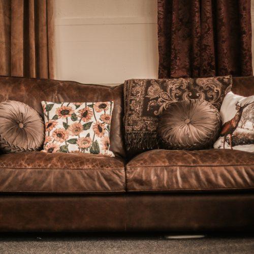 brun läder soffa