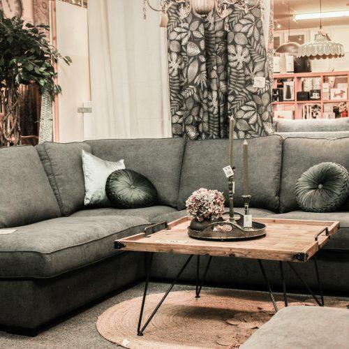 grå soffa